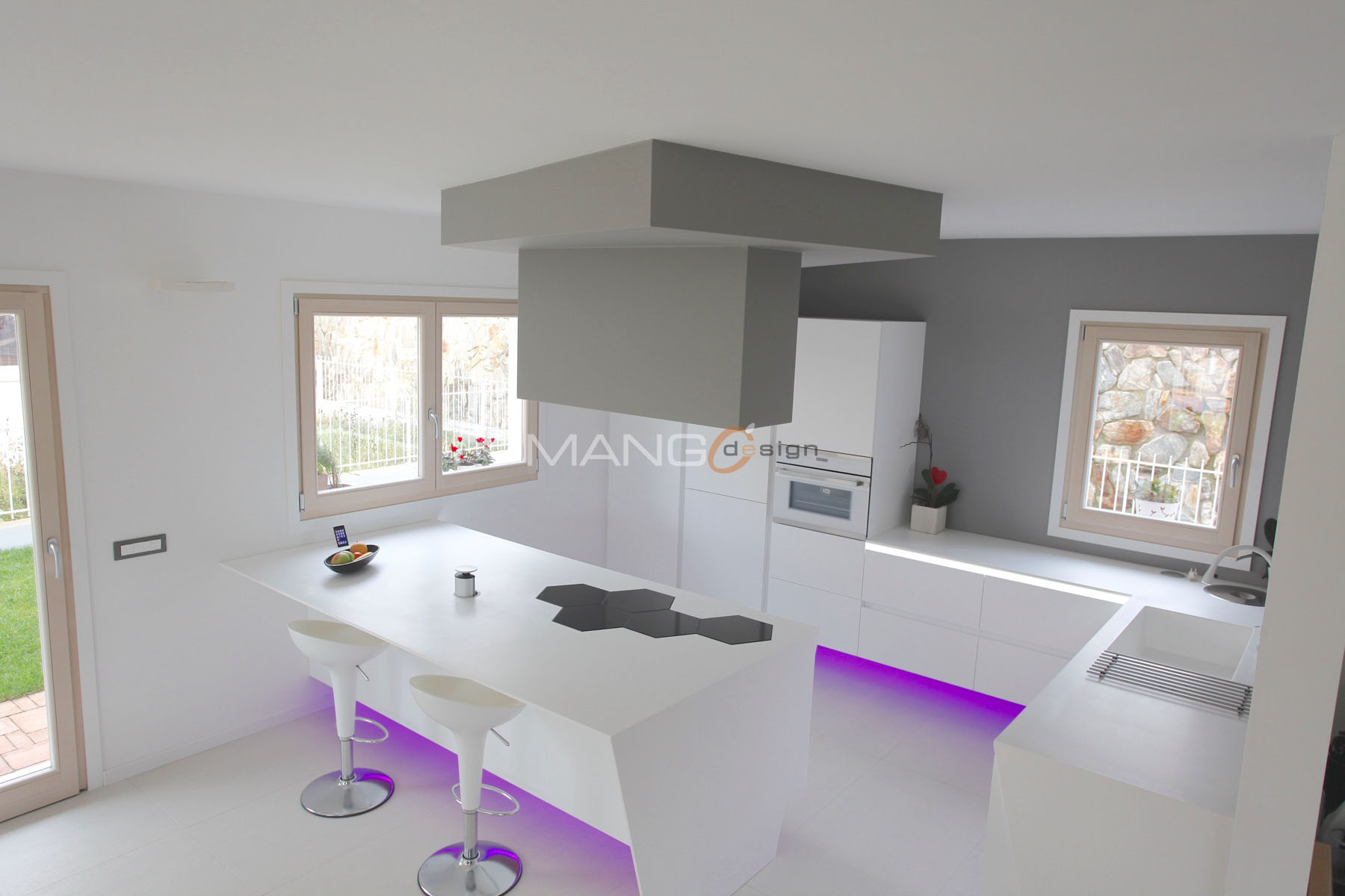 Cucina in corian con rifiniture color grigio e led colorati ...